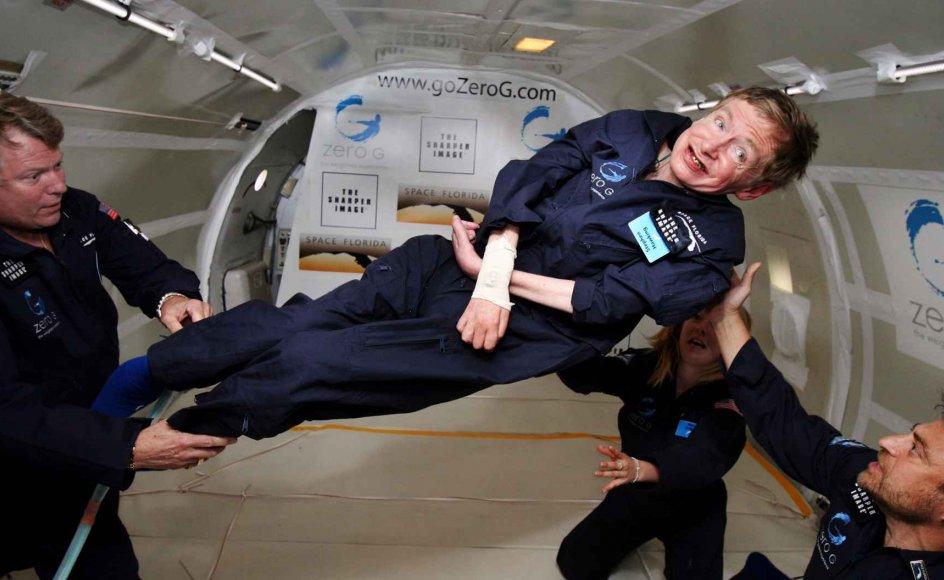 Astrofysikeren og matematikgeniet Stephen Hawking er død 76 år gammel. Selv om han som ung fik diagnosen ALS, lod han sig aldrig begrænse af sit handicap. På fotoet fra 2007 oplever han, hvordan det er alt være vægtløs ombord på et fly over Atlanterhavet.