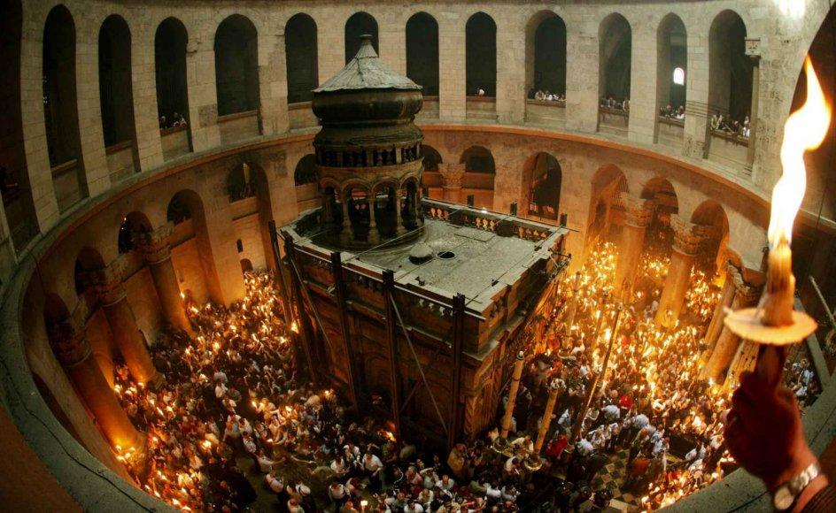 Når den hellige ild viser sig i Gravkirken, bliver den spredt rundt til pilgrimmene i kirken. Traditionen lyder, at man skal medbringe 33 små sammenbundne lys, et for hvert år af Jesu liv. Det siges, at ilden de første par minutter er uskadelig, hvorfor mange pilgrimme bader deres ansigt i flammen
