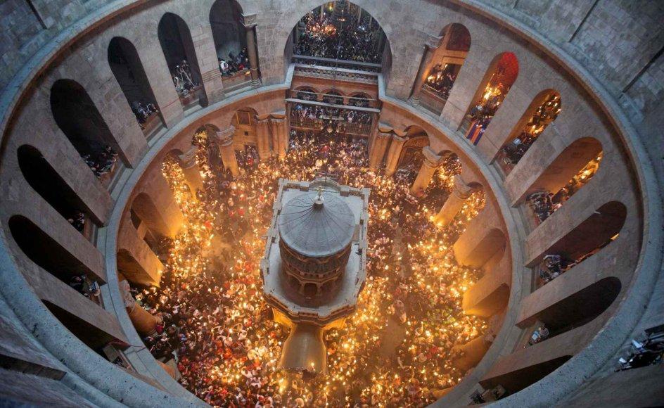 Når den hellige ild viser sig i Gravkirken, bliver den spredt rundt til pilgrimmene i kirken. Traditionen lyder, at man skal medbringe 33 små sammenbundne lys, et for hvert år af Jesu liv. Det siges, at ilden de første par minutter er uskadelig, hvorfor mange pilgrimme bader deres ansigt i flammen.