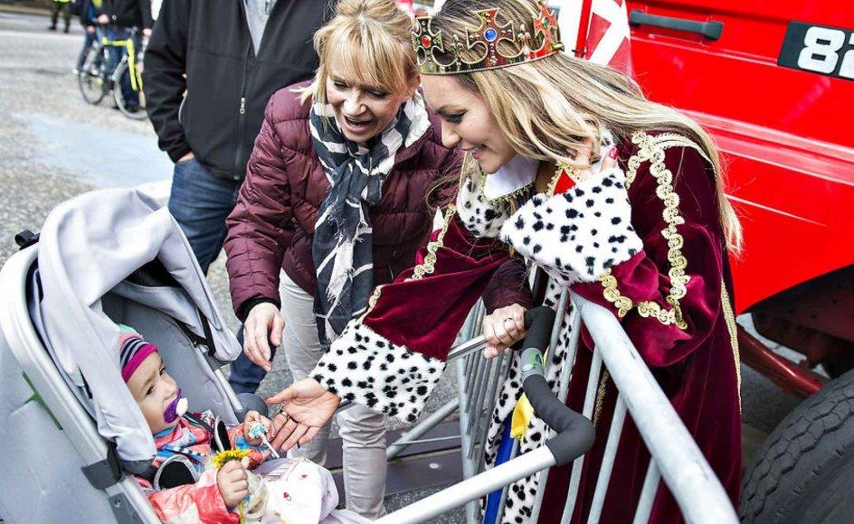 Når en kendt dansker som blogger og model Mascha Vang deler billeder af deres børn på de sociale medier, er det ikke kun venner og familie, der følger med. Hver især har de i titusindvis af følgere, og deres opslag om sig selv og deres børn bliver derfor til allemandseje. På billedet ses Mascha Vang sammen med sin datter Hollie Nolia under karnevallet i Aalborg.
