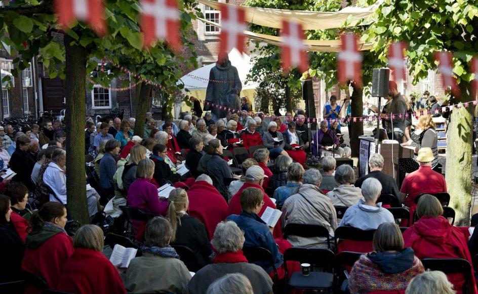 Det er populært at synge sammen, og flere steder dukker arrangementer op, hvor fællessang er i fokus. Siden 2010 har Vartov i København slået dørene op på årets længste dag, den 21. juni fra klokken syv morgen til solnedgang - for at synge hele dagen. Billedet er fra marathonsang i 2012.
