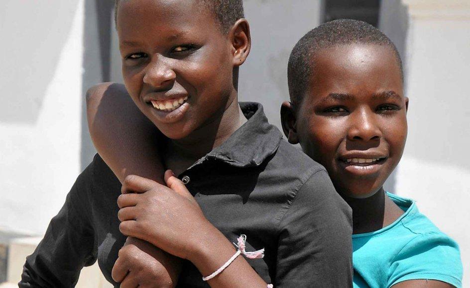 Neema Chacha (tv.) og Rosie Makori (th.) fra Tanzania skulle omskæres, men fik muligheden for at flygte til et krisecenter, hvor de venter på, at deres forældre skriver under på, at de ikke vil lemlæste deres døtres kønsorganer.