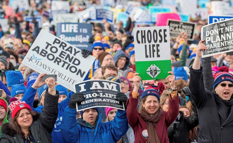 """Den konservative kommentator Kevin Williamson har delt vandene i USA efter, at han har udtalt, at abort er lig med mord og burde straffes med hængning. Det er ikke første gang, at forslag om at kriminalisere abort vækker røre i USA. Hvert år er der """"March for Life"""", hvor abortmodstandere demonstrerer sammen. –"""