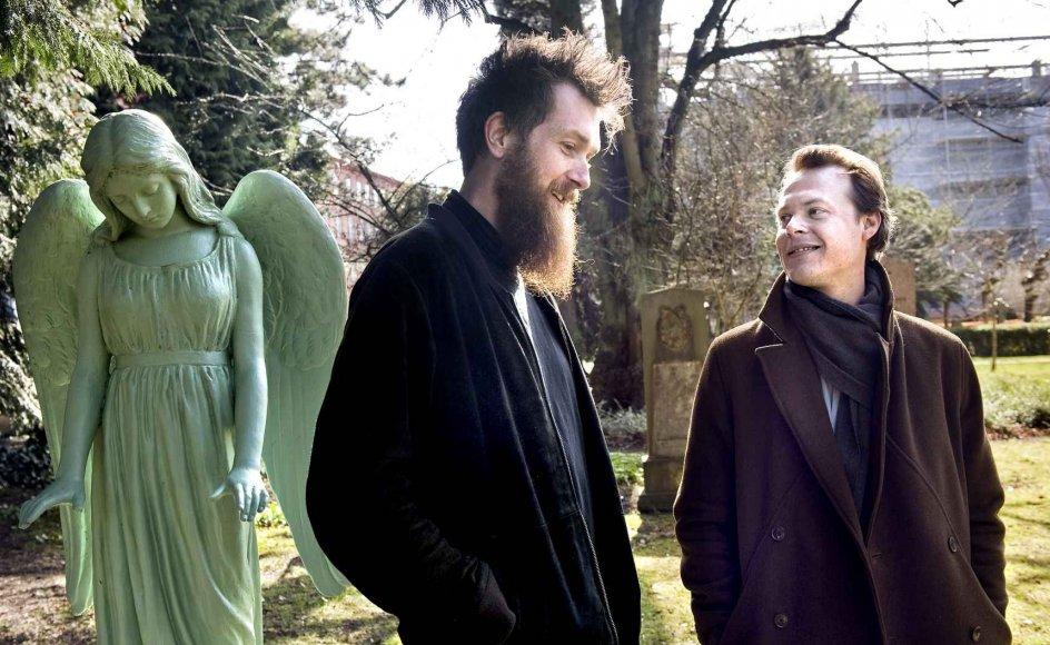 """Kirkegården er som kirkerummet et sted for refleksion, mener de to komponister Lars Greve (tv.) og Morten Jessen, der snart vil fylde Høsterkøb Kirke med værket """"Lysets engel"""", som er optaget med otte kirkers orgler. –"""