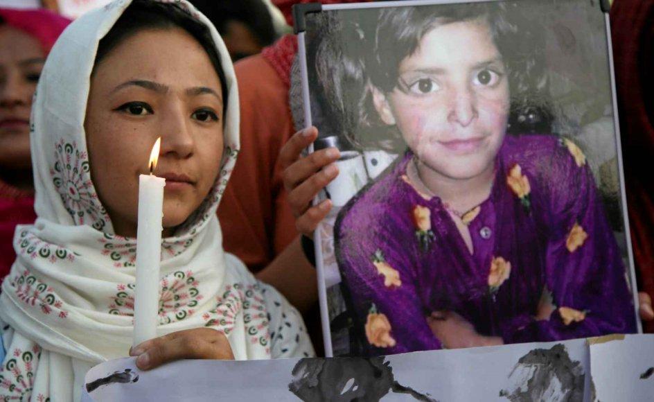 Den otteårige, muslimske pige Asifa Bano blev i januar holdt fanget i et hindutempel, hvor hun blev massevoldtaget og dræbt – ifølge anklageskriftet for at sende et signal til egnens muslimer om, at de er uønskede. Sagen har skabt furore på de sociale medier, fordi de landsdækkende aviser og nyhedsstationer var tre måneder om at nævne den. Den indiske regering har ikke med et ord kommenteret sagen. –