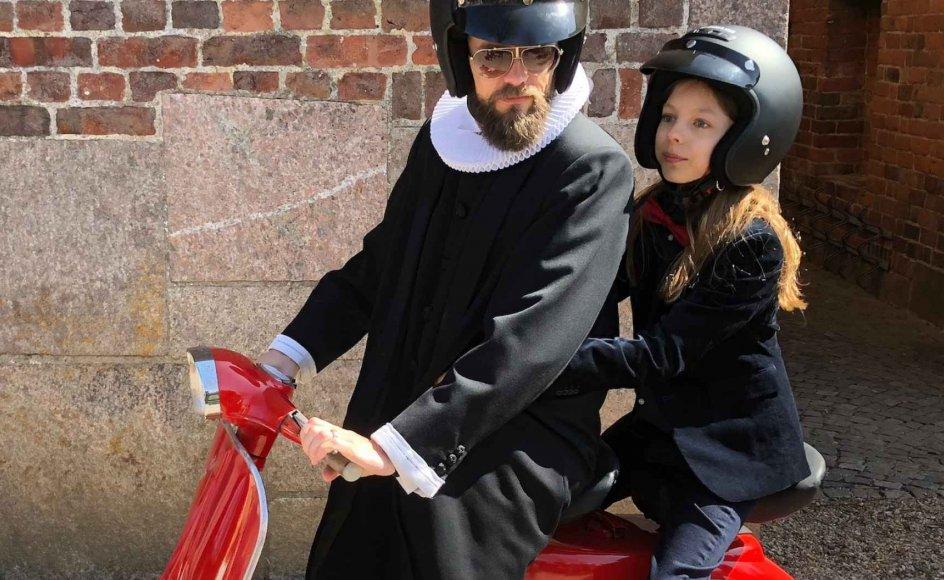 Fars gamle røde Vespa-scooter var mere end nok til den traditionelle køretur fra kirken, da Jens Jakob Linneberg Stubkjær blev konfirmeret i april. Jens Jakob ses her på scooteren bag sin far sognepræst Simon Stubkjær, som også forestod selve konfirmationen.