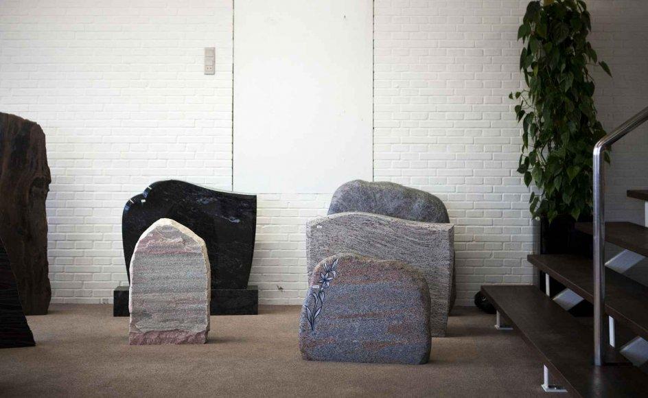 Bestilling af begravelser online er billigere, da man blandt andet klarer flere opgaver selv og sparer samtalen med bedemanden, og siden 2010 er både udbuddet og efterspørgslen vokset. Men kirkeligt personale melder om dårlige oplevelser med mange af firmaerne.