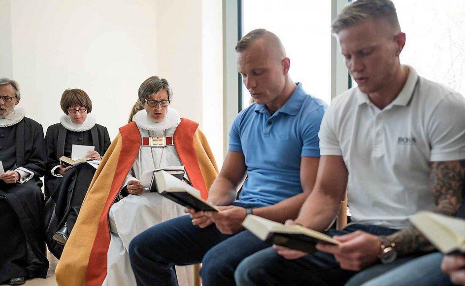 Fra indvielsen af fængelskirken i Storstrøm fængsel i går ses her fra venstre præst John Andersen, præst Susanne Jelsdorf, biskop Marianne Gaarden, og to af de indsatte, Patrick (i blå trøje) og Dennis. –