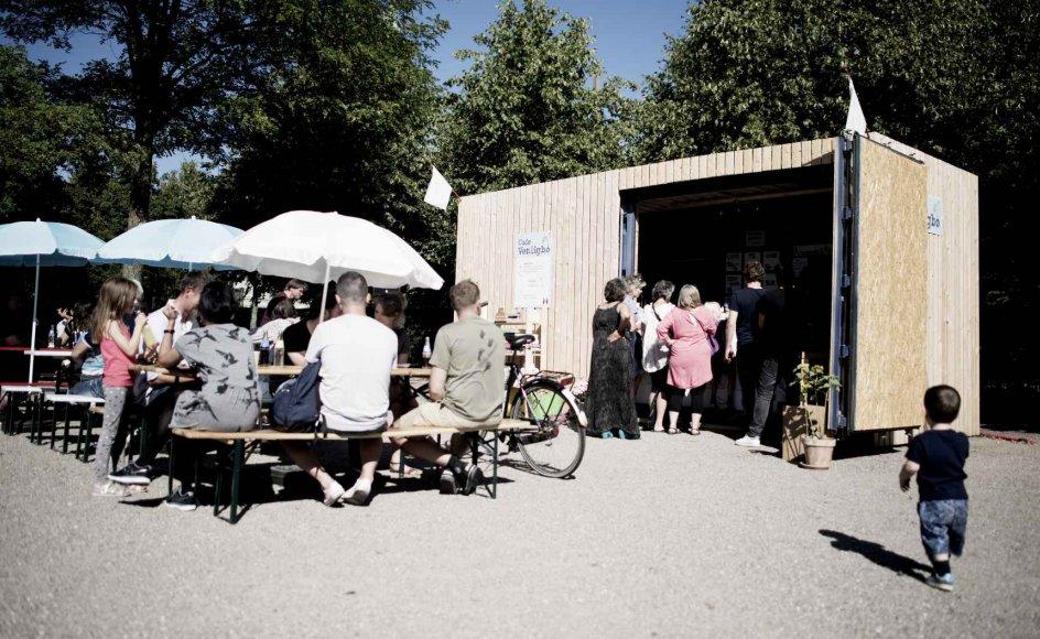 De virtuelle fællesskaber som Venligboerne har ofte en pendant i den virkelige verden. Café Venligbo i Hjørring, hvor folk faktisk møder hinanden i venlighed, nysgerrighed og respekt – nu popper de op i hele landet. Her er det et fællesspisningsarrangement arrangeret af Venligboerne på Vesterbro.