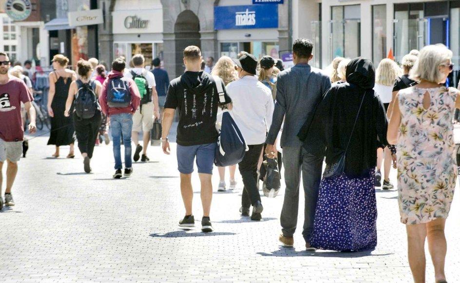 Danskerne opfatter ikke altid deres egen form for kristendom som religion. Det afspejler sig i ny stor undersøgelse. Her ses et udsnit af danskere på Købmagergade i København. –
