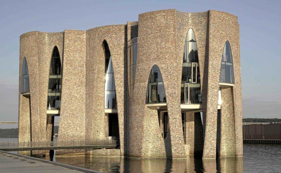 Fjordenhus består af fire sammenhængende cylindre med en højde på 28 meter, der står direkte i forbindelse med vandet i Vejle Fjord. Stueetagen er offentlig tilgængelige på alle tider af året. På de øvrige etager har fonden Kirk Kapital deres hovedsæde. –