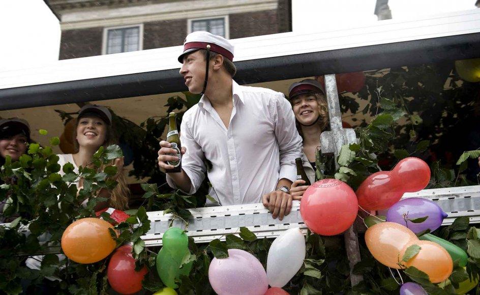 Pyntet med bøgegrene, flag og balloner drøner åbne lastbiler fyldt med glade studenter rundt i gaderne over hele landet. Bøgen er det danske nationaltræ, og det understreger, at studenterkørslen er en hyldest til Danmark.
