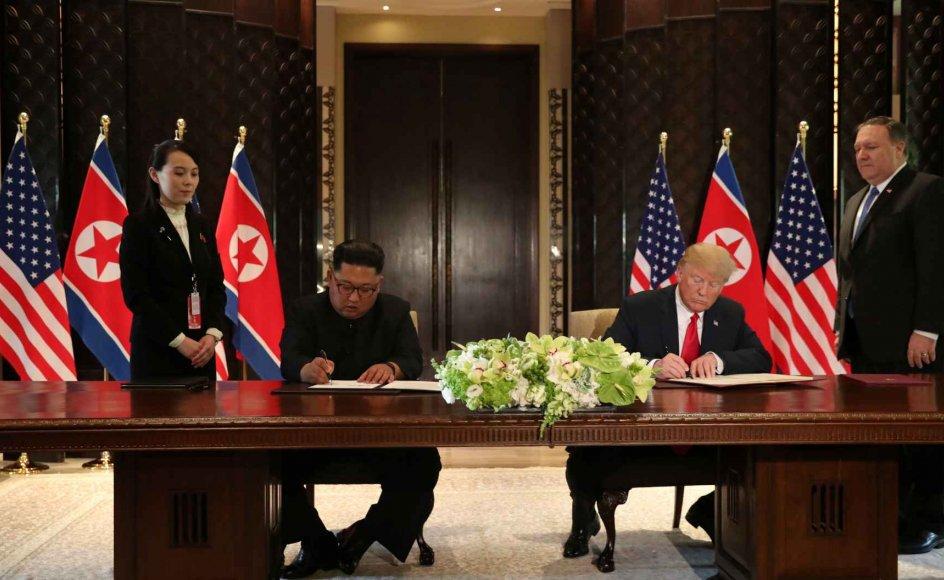 """Nordkoreas leder, Kim Jong-un, og den amerikanske præsident, Donald Trump, underskriver en fælles erklæring i Singapore. Trump siger, at han """"absolut"""" gerne inviterer Kim på besøg i Det Hvide Hus."""