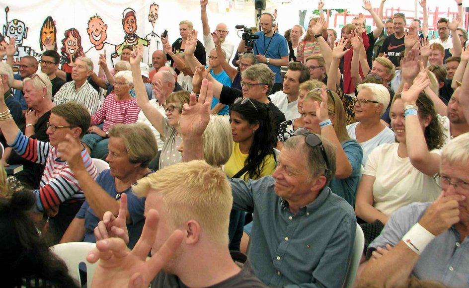 Et stort flertal af de fremmødte til Religionspolitisk topmøde i Grundtvigs telt markerede med håndsoprækning, at de var imod det nyligt vedtagne burkaforbud. -