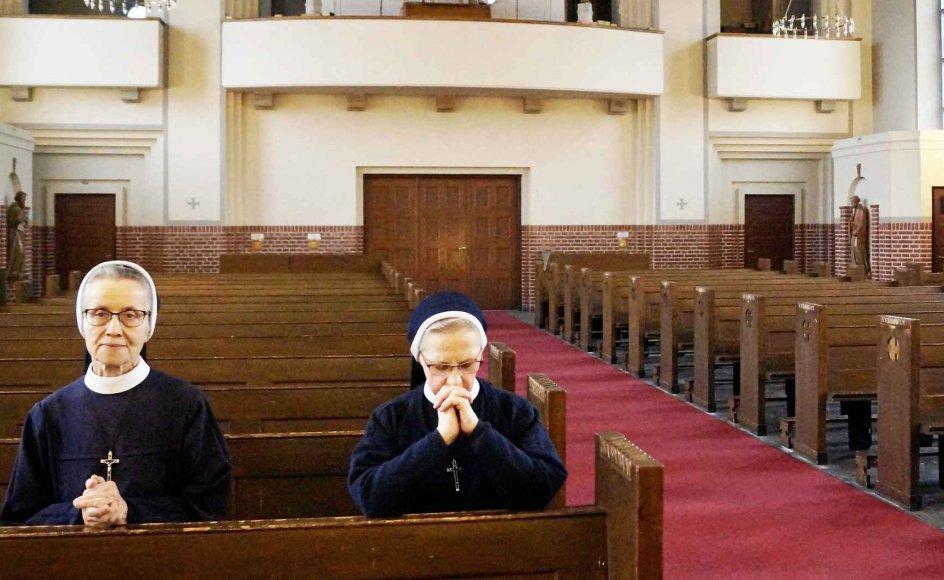 Maria Immaculata Søstrene knæler for Gud, inden de sætter sig på kirkebænkene. Det er søster Teresa til højre. –