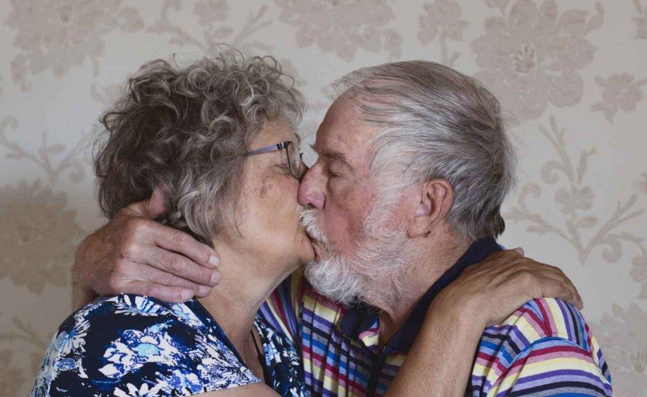 """Birgit og Elmer, som begge er demente, mødte hinanden i Bryghusets sal. """"Hun smilede og fortalte, at hun hed Birgit, og jeg var solgt med det samme. Det var hendes ansigt, hendes smil, og siden er vi kommet sammen,"""" fortæller Elmer."""