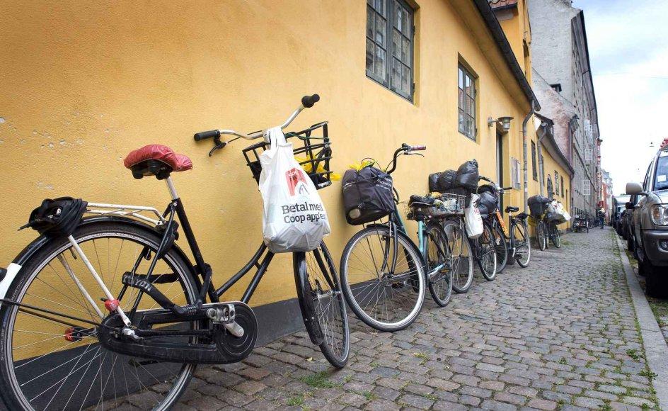 Cykler belæsset med flasker foran Frelsens Hærs værested, Pakhuset, på Christianshavn.