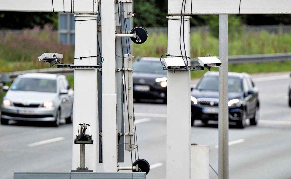 Rigspolitiet har – ligesom her ved Limfjordstunnelen – opsat nummerpladescannere ved større trafikale knudepunkter og grænseovergange i Danmark. I alt er der sat 106 stationære kameraer op 24 steder i landet. Derudover er der monteret mobile nummerpladescannere på nogle politibiler. –