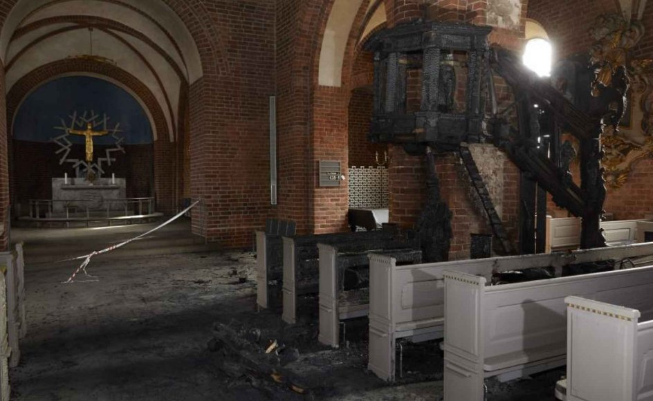 De sørgelige rester af en barokprædikestol midt i den ellers nyrenoverede Vor Frelser Kirke i Horsens, som tidligere på ugen blev raseret af en brand.
