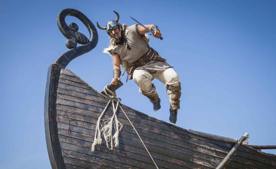 Vikingerne sejlede vidt omkring på deres togter og koloniserede både Grønland og dele af det Nordamerikanske kontinent. Ligesom de kampdygtige søfarere krydsede klinger med stormagter i Frankrig, Portugal og Tyrkiet.