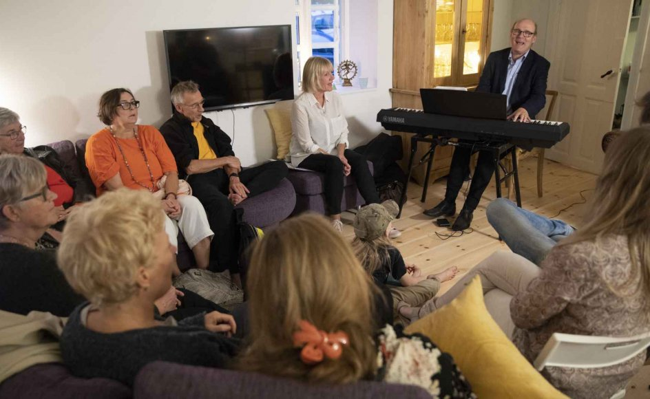 For nylig mødtes fremmede mennesker i et privat hjem i Skødstrup nord for Aarhus til en intimkoncert om det at miste. Der blev nynnet med og efterfølgende delt erfaringer. –
