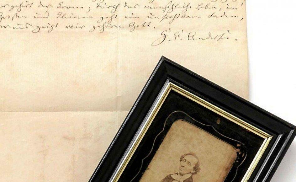 """På auktion i dag tirsdag er blandt andet et brev fra H.C. Andersen fra juni 1871 skrevet til en ukendt tysk fan med autograf samt citat fra """"De to baronesser"""" (1846). – Fotos: Bruun Rasmussen."""