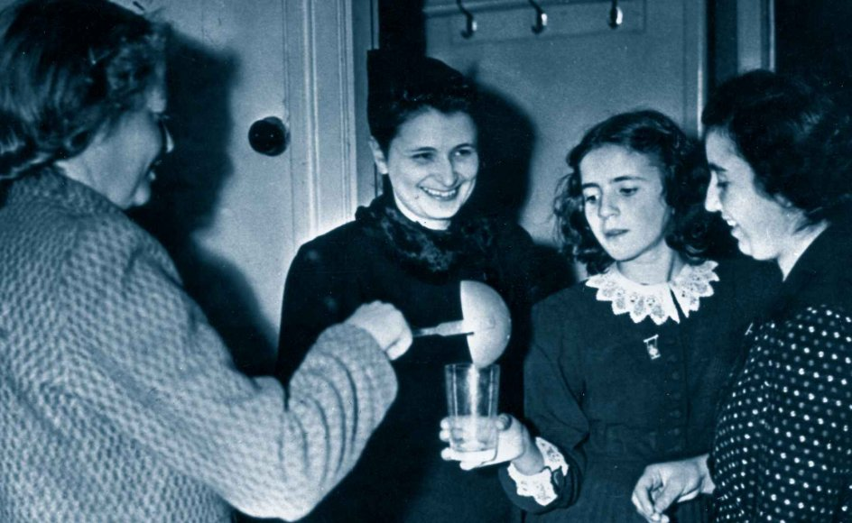 I tiden efter Anden Verdenskrig dannede der sig blandt de danske jøder påfaldende ens erindringer om modtagelsen i Sverige. På dette billede får danske jøder lige efter ankomsten serveret smørrebrød og mælk på Borgerskolen i Malmö.