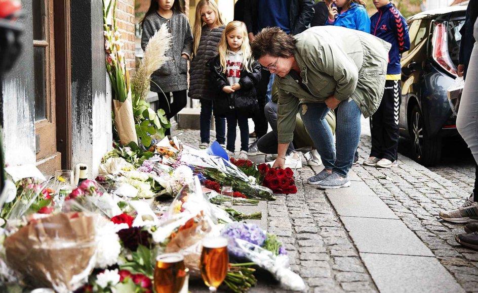 Borgere i Odense lægger blomster - og i visse tilfælde fadøl og cigaretter - ved den opgang, hvor Kim Larsen boede indtil sin død.