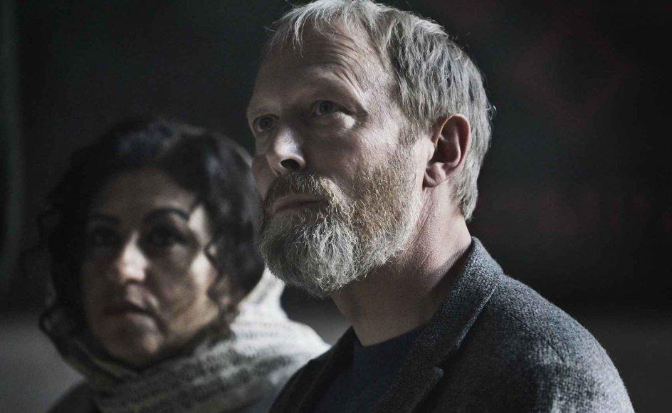 I Lars Mikkelsens stormfulde skikkelse er Johannes Krogh en af de mest komplekse karakterer i dansk dramahistorie, skriver Kristeligt Dagblads anmeldere.