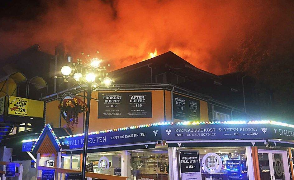 En restaurantbygning er sent onsdag aften brændt ned i forlystelsesparken Bakken.
