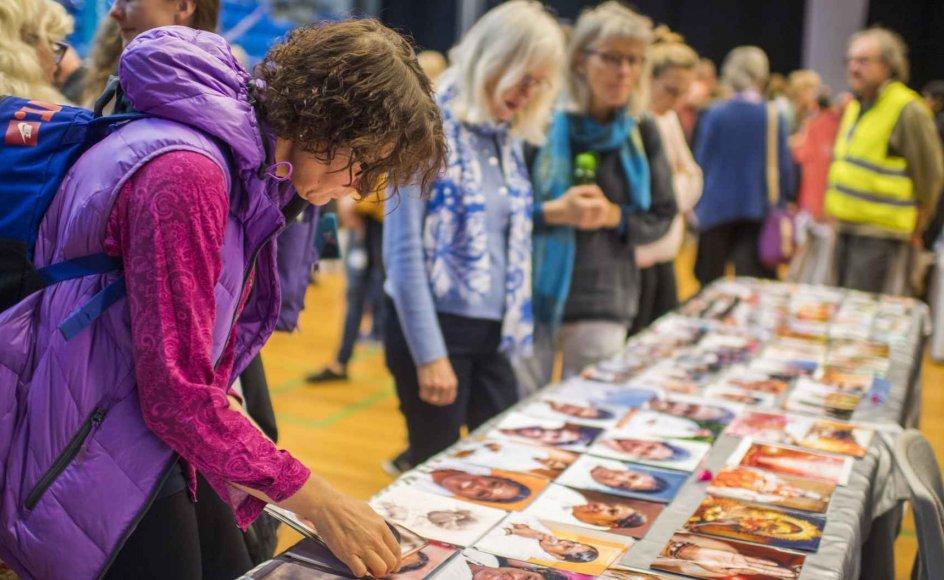 Mens Amma gav omfavnelser på scenen, kunne publikum blandt andet købe guru-billeder.
