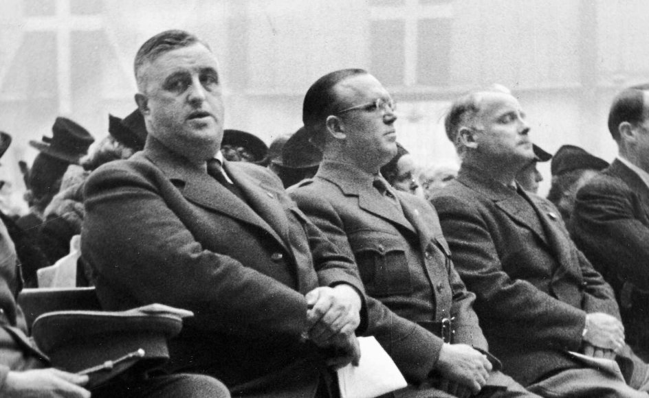 Frits Clausen (tv.), leder af Danmarks Nationalsocialistiske Arbejderparti, ved en mindeappel i Forum i København for de danske soldater, der faldt den 9. april 1940. Ved siden af ham ses H.C. Bryld, Einar Jørgensen og Kaptajn Lærum. –