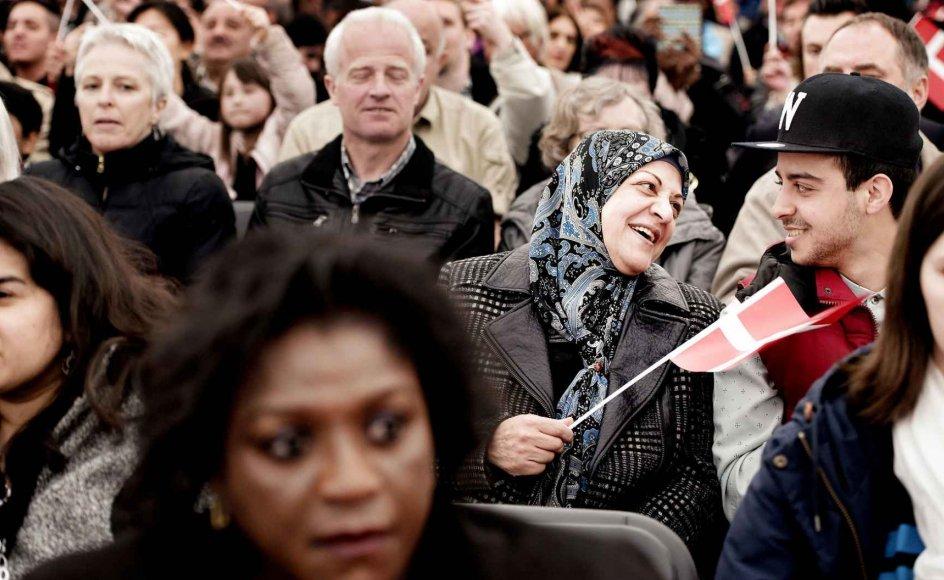 Blandt andre filosofiprofessor Vincent F. Hendricks, Københavns Universitet, oplever, at er fortællingen om os versus dem, der præger billedet. Men fokus på identitet risikerer at gå ud over fællesskabsfølelsen. Her er det statsborgerskabsdagen i 2015, hvor nye danske statsborgere blev budt velkommen.
