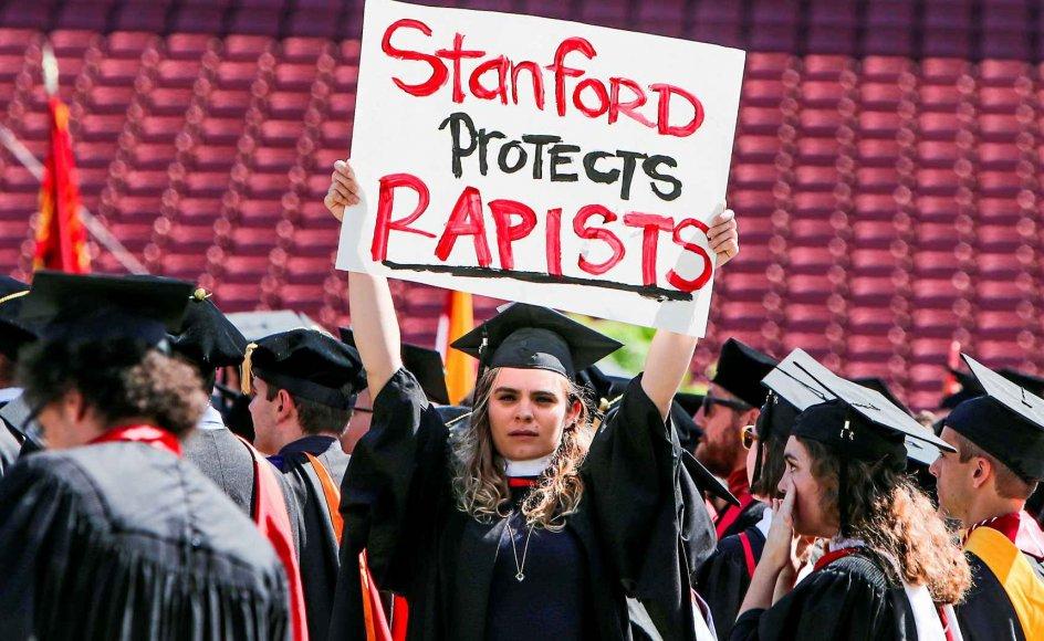 En studerende på Stanford University i Palo Alto beskylder under dimissionsfesten i juni 2016 det californiske universitet for at beskytte voldtægtsforbrydere. Universitetet bliver i et søgsmål beskyldt for igennem en årrække at have holdt hånden over en mandlig studerende, der er blevet anklaget for fire sexovergreb på medstuderende. –