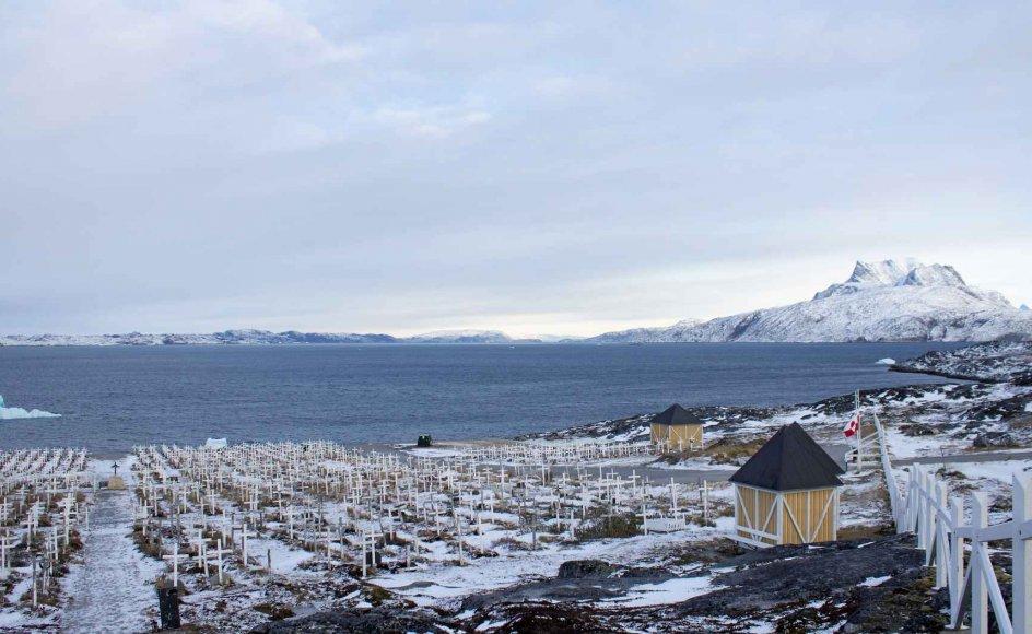 I Nuuk tårner høje kors op ved vandkanten tæt på universitetet og med udsigt til fjeldet Sermitsiaq. Kirkegården er den nyeste af fire i byen. – Alle fotos: Cathrine Marie Nørgaard.