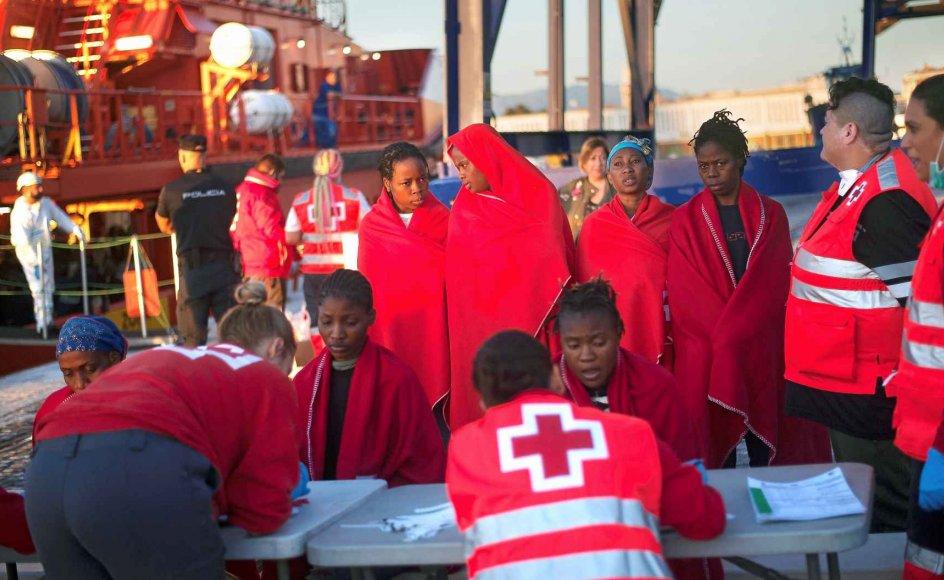 Afrikanske migranter får hjælp af Spansk Røde Kors i havnen i Málaga, efter at et skib med mere end 360 migranter blev reddet den 12. oktober. Det er de kaotiske tilstande på Middelhavet og flere andre steder i verden, som danner baggrund for FN's migrationspagt, som forventes vedtaget i næste måned. –