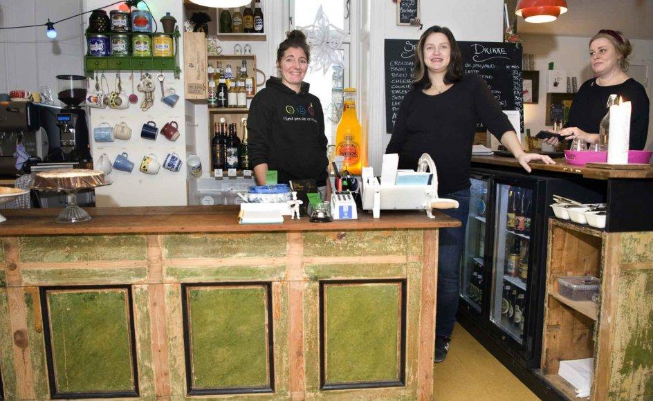 """""""Kan man se, at jeg har lidt mel på trøjen efter, at jeg har bagt?"""", spørger Bitten Nielsen (til venstre) fra sin plads bag bardisken, hvor hun står sammen med butikkens anden ejer, Marie Bach Nielsen."""