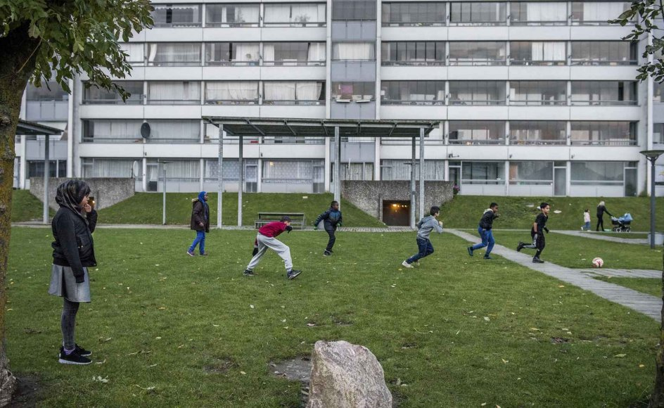 En hjælpende hånd fra mentoren kan være et effektivt redskab til at holde unge væk fra kriminalitet. Men indsatsen hjælper først og fremmest de helt unge på 14-15 år, som to år efter mentorforløbet klarer sig bedre end andre unge med samme baggrund. Billedet er taget i Odense-bydelen Vollsmose.