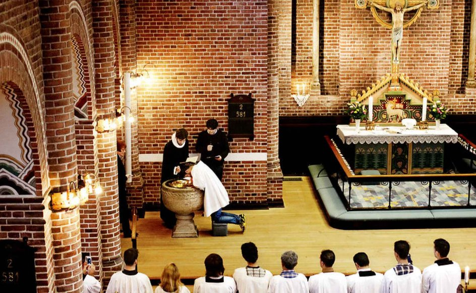 Siden 2014 er mere end 600 herboende iranere og afghanere blevet medlem af folkekirken. Billedet viser en tidligere gudstjeneste med dåb af konvertitter i Apostelkirken på Vesterbro. Personerne har valgt at forlade islam for at blive kristne og dermed også blive døbt.