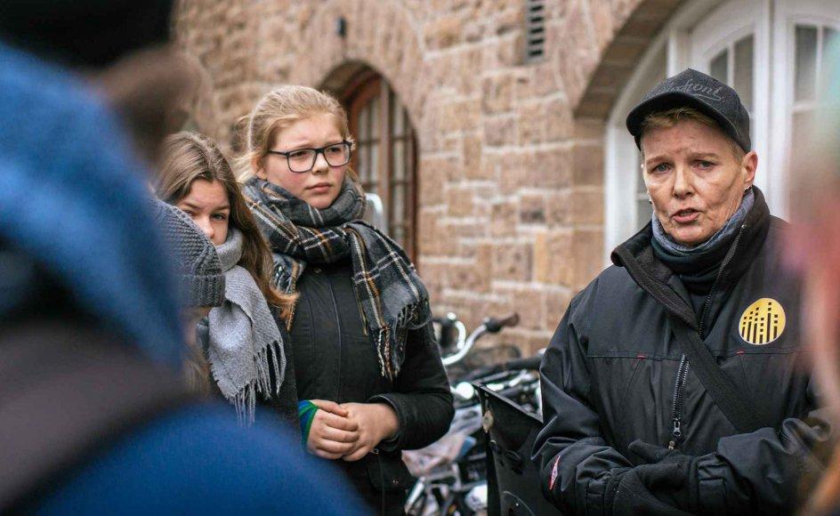 Samia Mathiasen under en gadevandring på Vesterbro. På gadevandringen fortæller hun om sin svære opvækst og debut med stoffer og kriminalitet. Turen går forbi hendes barndomshjem i Hedebygade, hvor også forfatteren Tove Ditlevsen voksede op. Derfor fortæller Samia Mathiasen også om det gamle Vesterbro, før der kom byfornyelse og lejligheder til flere millioner.