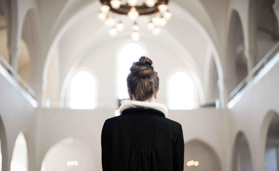 Debatten omkring kvindelige præster skyldes ofte forskellige syn på Bibelen. Nogle præster og kirkegængere fortolker de bibelske kønsroller kulturelt - som et normsæt, der tilhører fortiden. Mens andre mere konservative kristne mener, at teksterne skal fortolkes helt bogstaveligt.