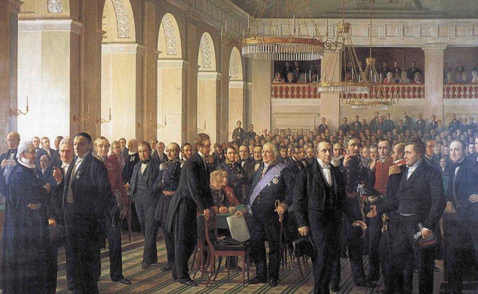 Grundtvig blev udsat for statslig censur efter kritik af en teologiprofessor i 1820'erne. Senere deltog han i afskaffelsen af censuren i 1849 gennem sin deltagelse i den grundlovgivende forsamling, som ses på billedet. –