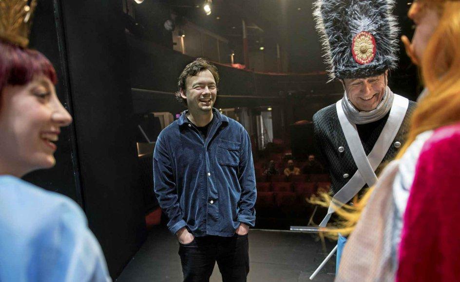 """Martin Nyborg (i midten) er instruktør på Aalborg Teaters opsætning af """"Fyrtøjet"""". –"""