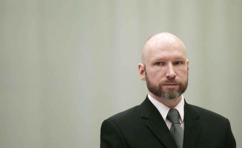 Breivik arbejdede ikke som et individ, der tjente en organisation med et større formål, men som en fiktiv organisation, der tjente et individ – nemlig ham selv. Den død, han skabte, skulle ikke tildækkes og gemmes væk, men promoveres og vises frem, skriver Mathias Herup Nielsen, Ph.d og postdoc.
