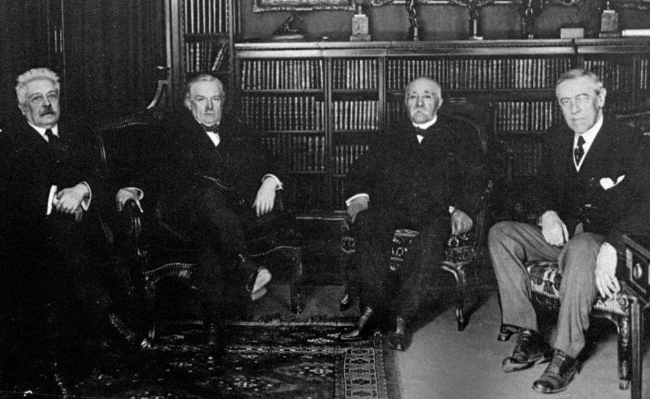De allieredes fire store ledere samlet i Paris i 1919, hvor de forhandlede en fredstraktat efter Første Verdenskrig. Fra venstre ses: Vittorio Orlando, der var ¬premierminister i Italien 1917-1919, Storbritanniens premierminister fra 1916-1922, Lloyd George, Georges Clemenceau var premierminister i Frankrig 1917-1920, og til højre ses Woodrow Wilson, der var USA's præsident i årene fra 1913 til 1921. –