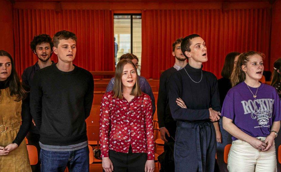 """Eleverne på Roskilde Festival Højskole er i færd med at omdanne Nephew-sangen """"At dø er at rejse"""" til deres egen indvielsessang. – Fotos: Olafur Steinar Gestsson/Ritzau Scanpix."""