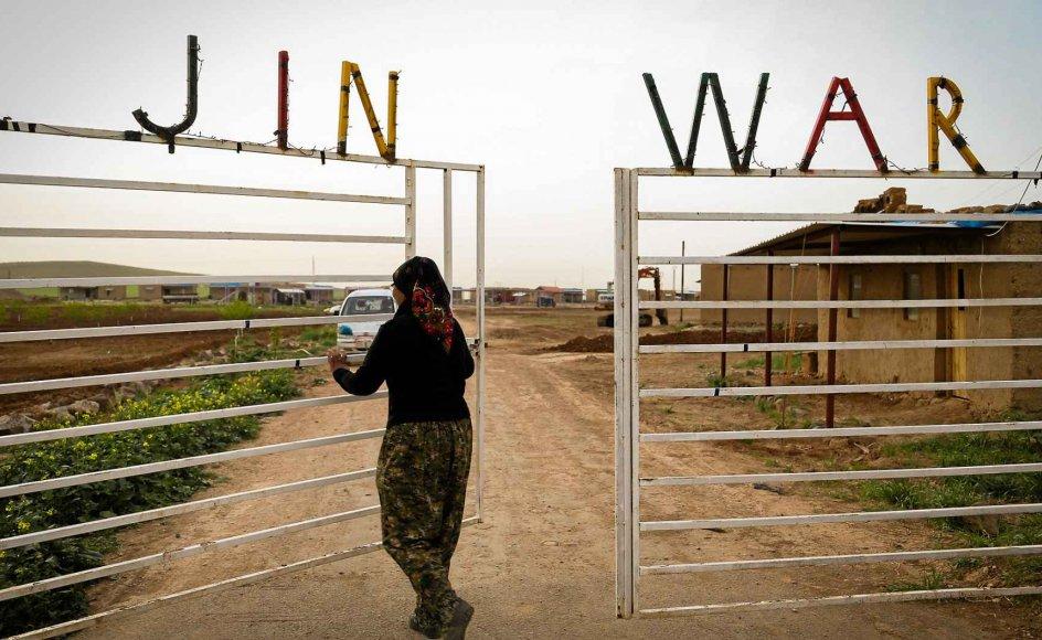 """I overført betydning har kvinderne i Jinwar erklæret krig mod regionens patriarkalske normer. På kurdisk betyder Jinwar """"kvindernes land"""", og den ligger blot 240 kilometer nordøst for Islamisk Stats tidligere hovedby, Raqqa. – Alle fotos: Thea Pedersen."""