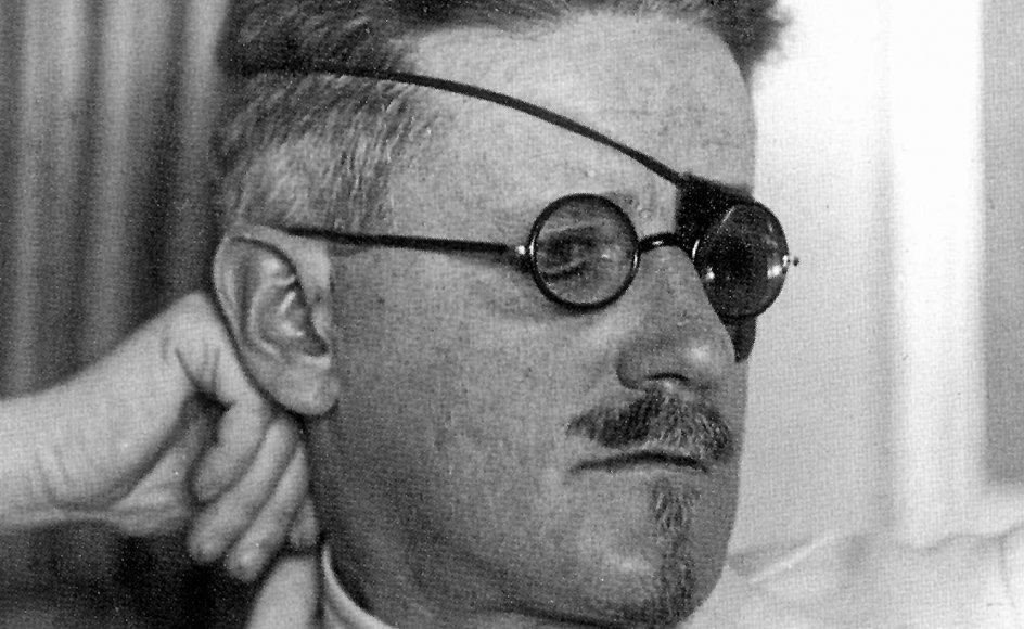 James Joyce havde selv gået på en jesuitisk skole, og selvom man kan læse hele romanen, der i sig selv er tyk som en bibel, som en lang forsagelse af kristendommen og dens skyld og skam, viser allerede romanens indledning, at det aldrig lykkes James Joyce at løbe fra sin kristne opdragelse