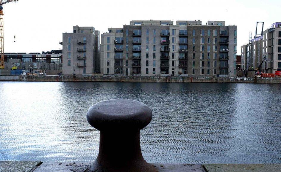 Københavns byudvikling har de seneste år haft store konsekvenser for de gamle havnemiljøer. Det startede med Kalvebod Brygge, derefter var det Nordhavnen, der blev tæt bebygget, og nu er det Sydhavnen, som står for skud. Men tendensen ses ikke kun i hovedstaden. Over hele landet har maritime erhverv og maritim historie måttet vie for havudsigt i flere etager.