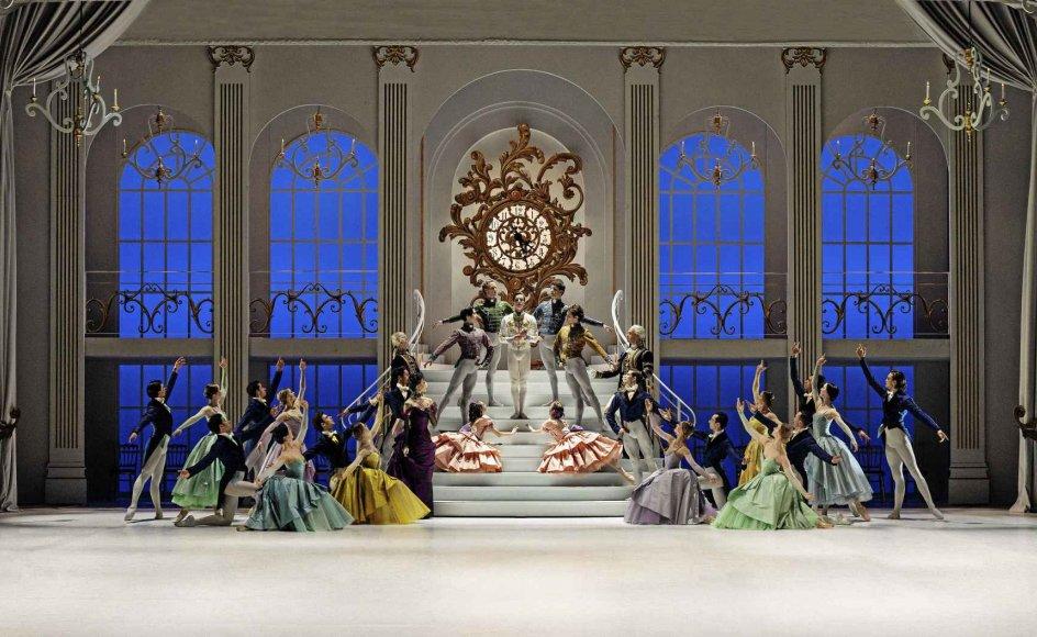 """Klokken har slået midnat. Alexander Bozinoff som prinsen i """"Askepot"""". –"""